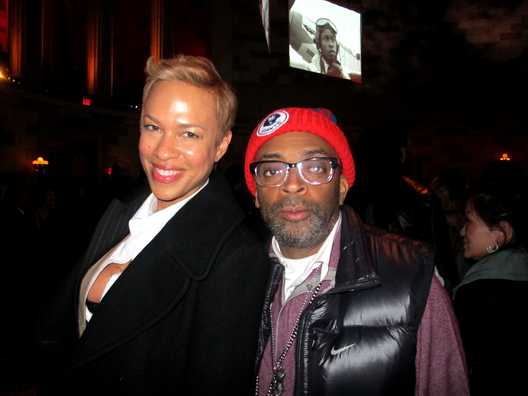 Spike Lee with vacker, Fru Tonya Lewis Lee