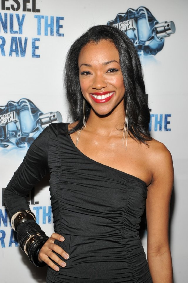 The 32-year old daughter of father (?) and mother(?), 172 cm tall Sonequa Martin-Green in 2018 photo