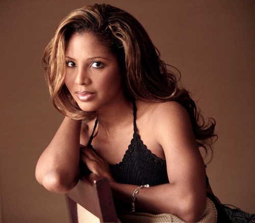 The 51-year old daughter of father Michael Conrad Braxton and mother Evelyn Jackson, 157 cm tall Toni Braxton in 2018 photo