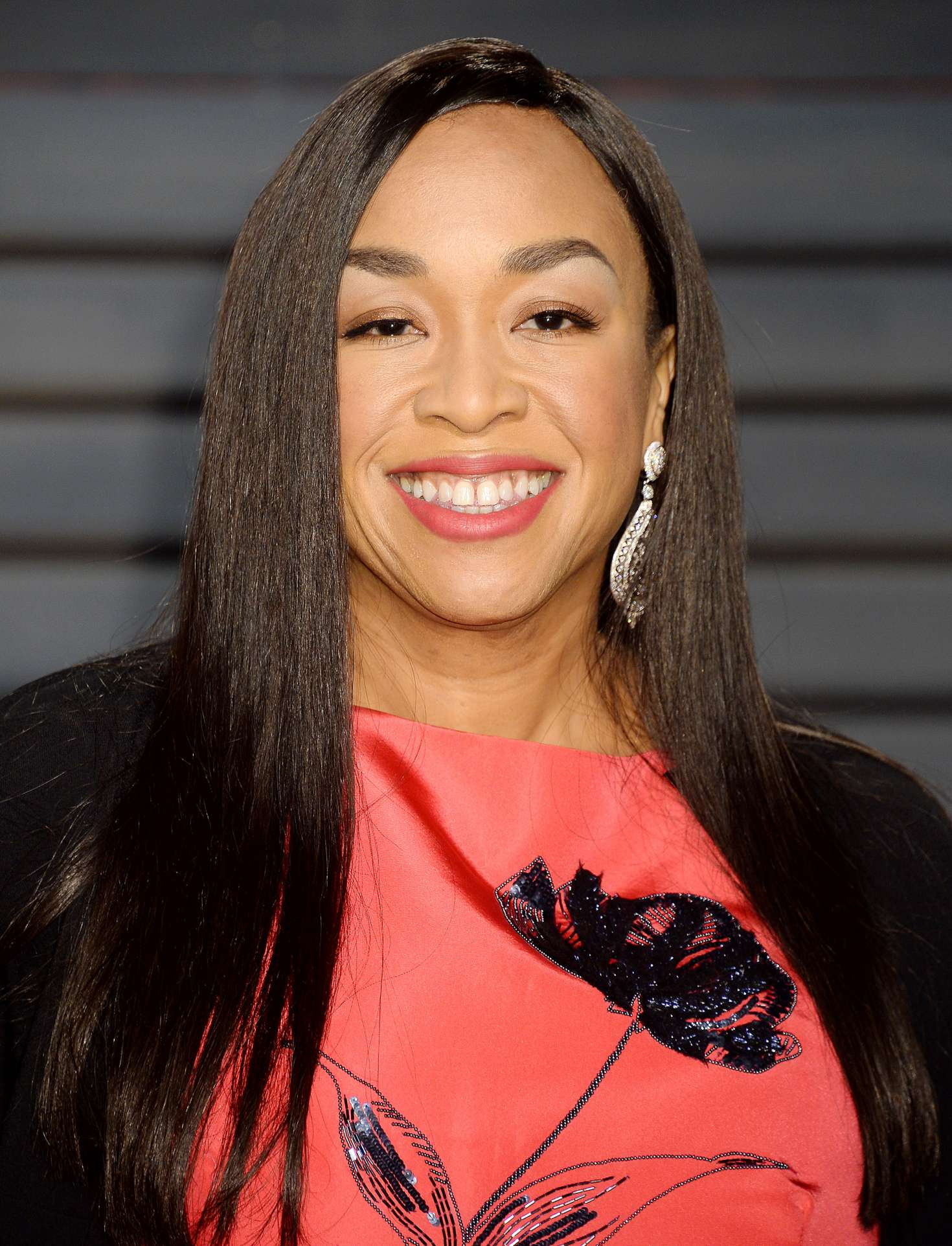 producer shonda rhimes and shondaland makes new deal with netflix. Black Bedroom Furniture Sets. Home Design Ideas